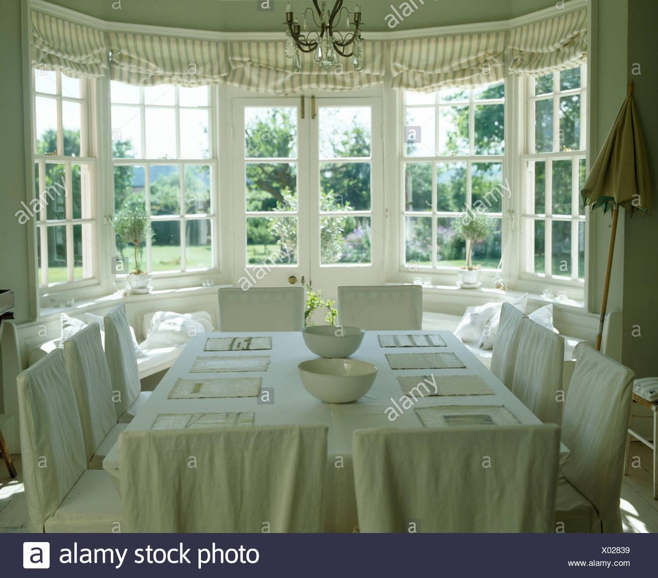 Creme Leinen Lose Abdeckungen Auf Stühlen In Creme Land Esszimmer