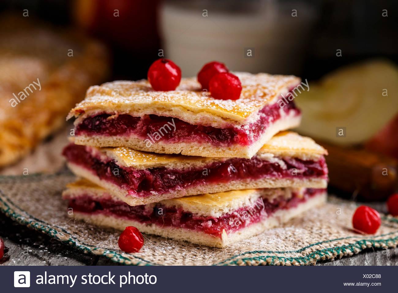 Leckere hausgemachte Kuchen, gefüllt mit Preiselbeeren und Apfel Stockbild