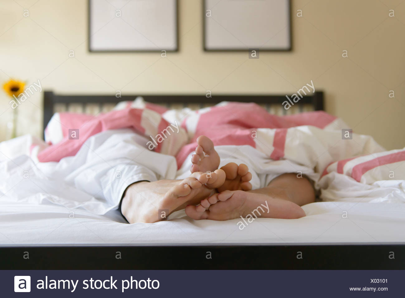 Oberfläche Ebene Bild des jungen Paares im Bett, Füße aus der Bettdecke Stockbild