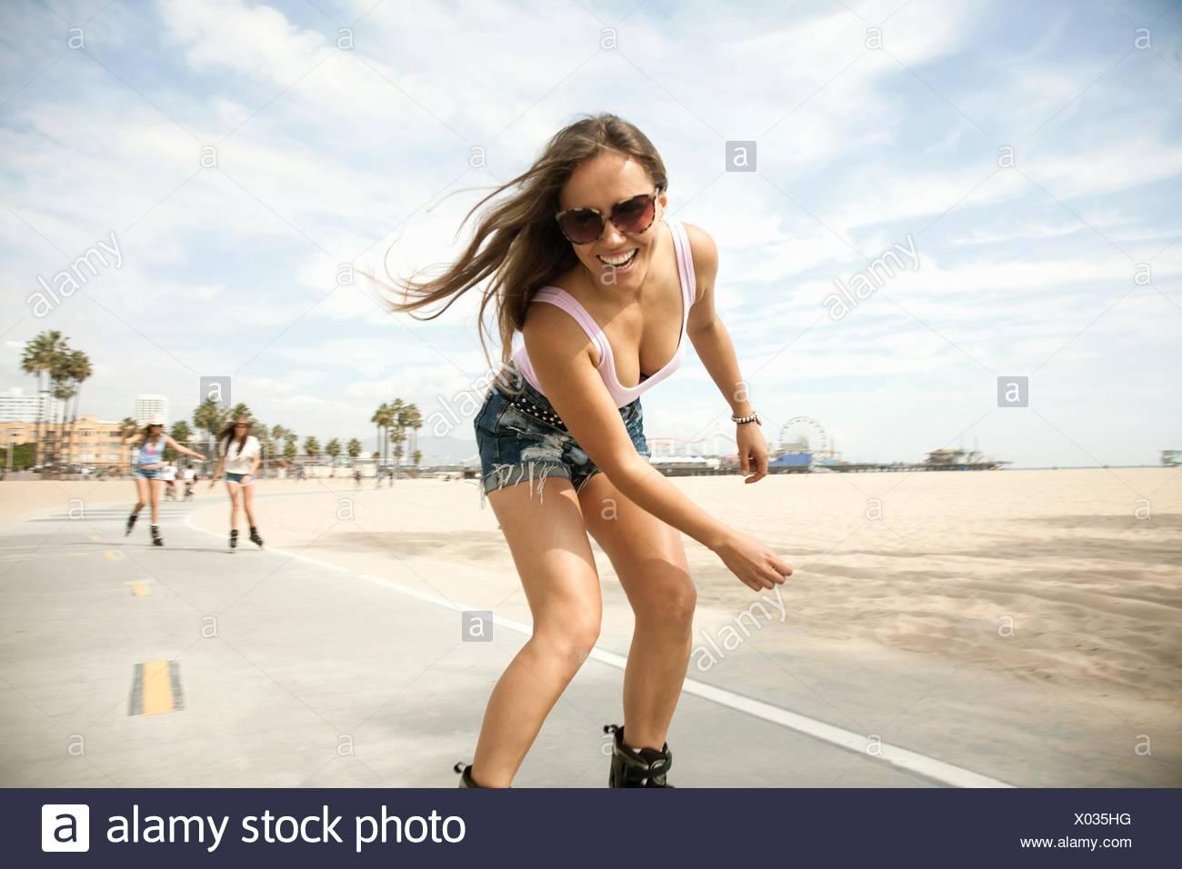 Porträt der jungen Frau, im Freien, Skaten Stockbild
