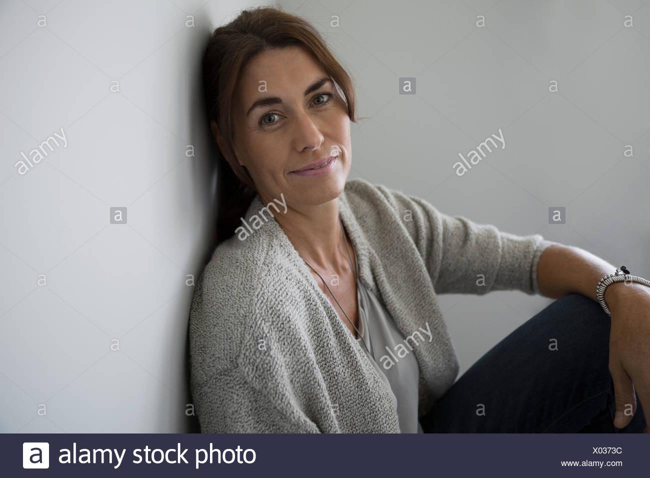 Selbstbewusste Brünette Frau Porträt Stockbild