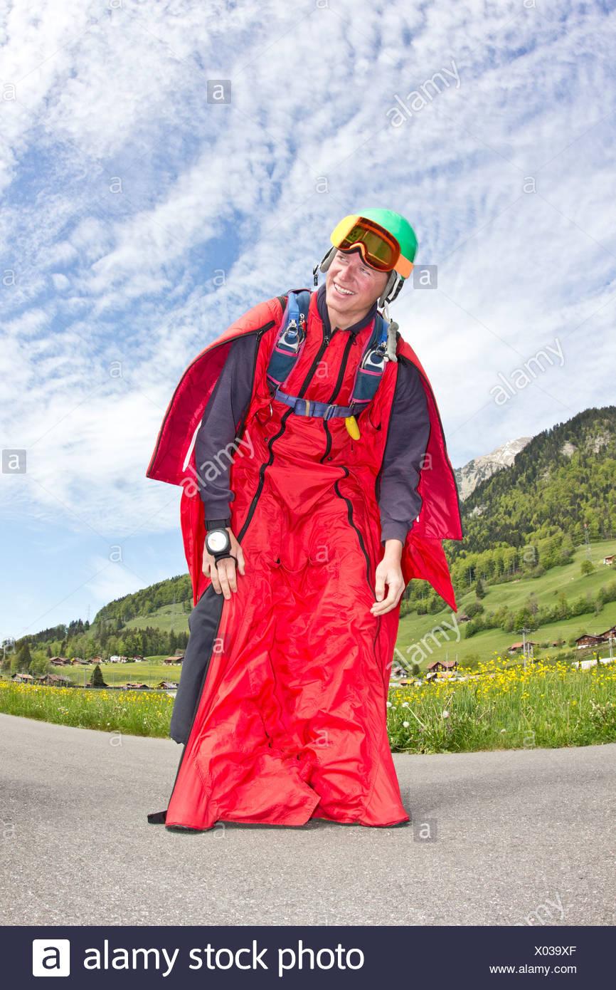 Glücklich und erleichtert jungen Mann nach der Landung in wingsuit Stockbild