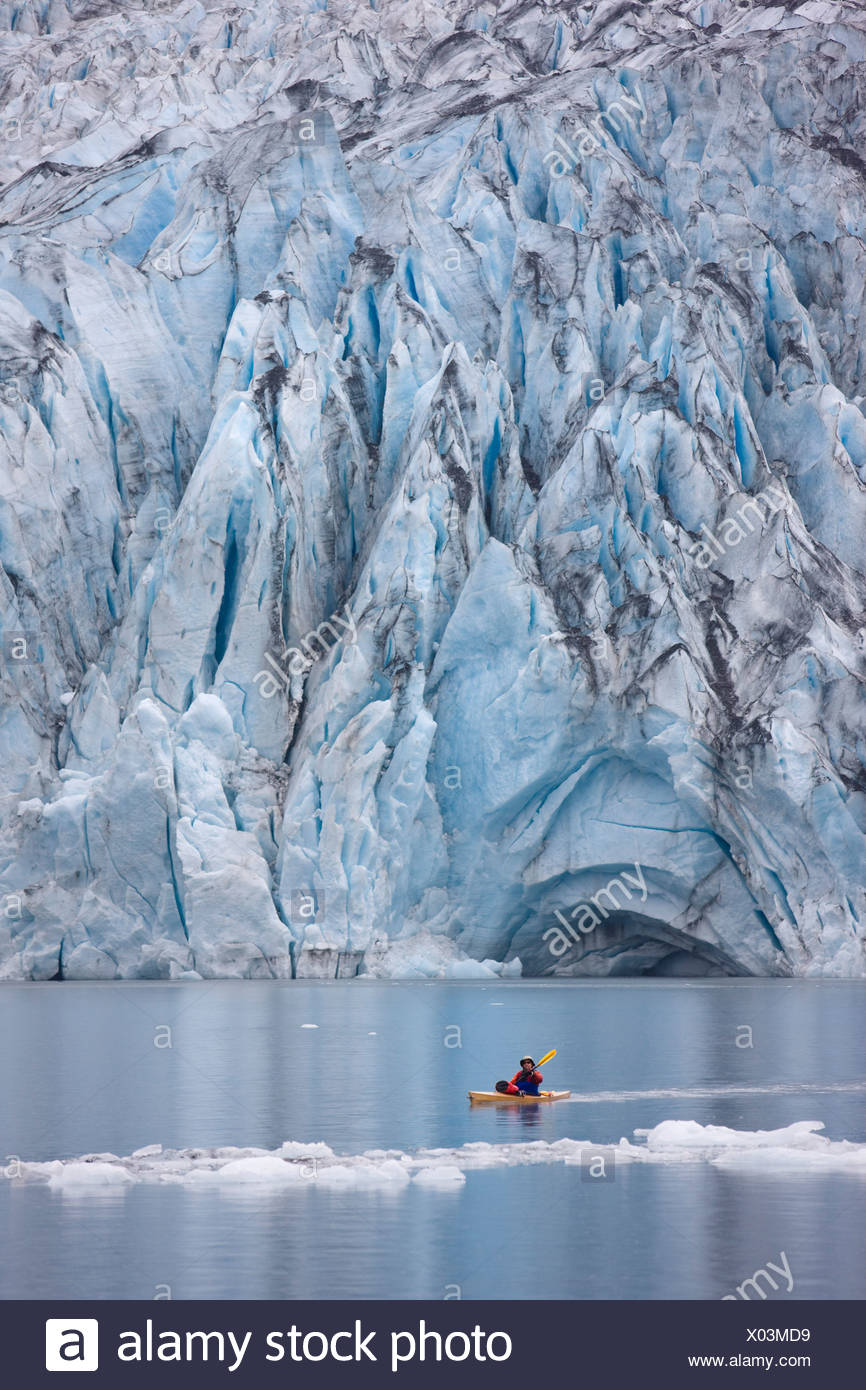 Mann in Shoup Bucht mit Shoup Gletscher im Hintergrund, Shoup Bay State Marine Park, Prince William Sound, Alaska Kajak Stockbild