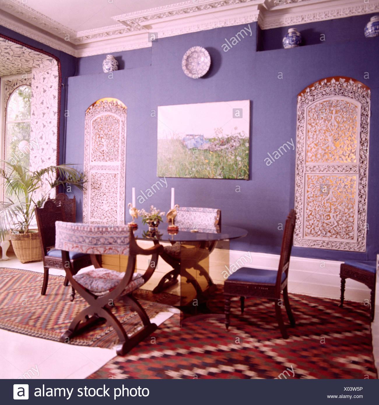 Blaue Achtziger Jahre Esszimmer Mit Laubsägearbeiten Bildschirmen über  Windows Und Antiker Tisch Und Stühlen