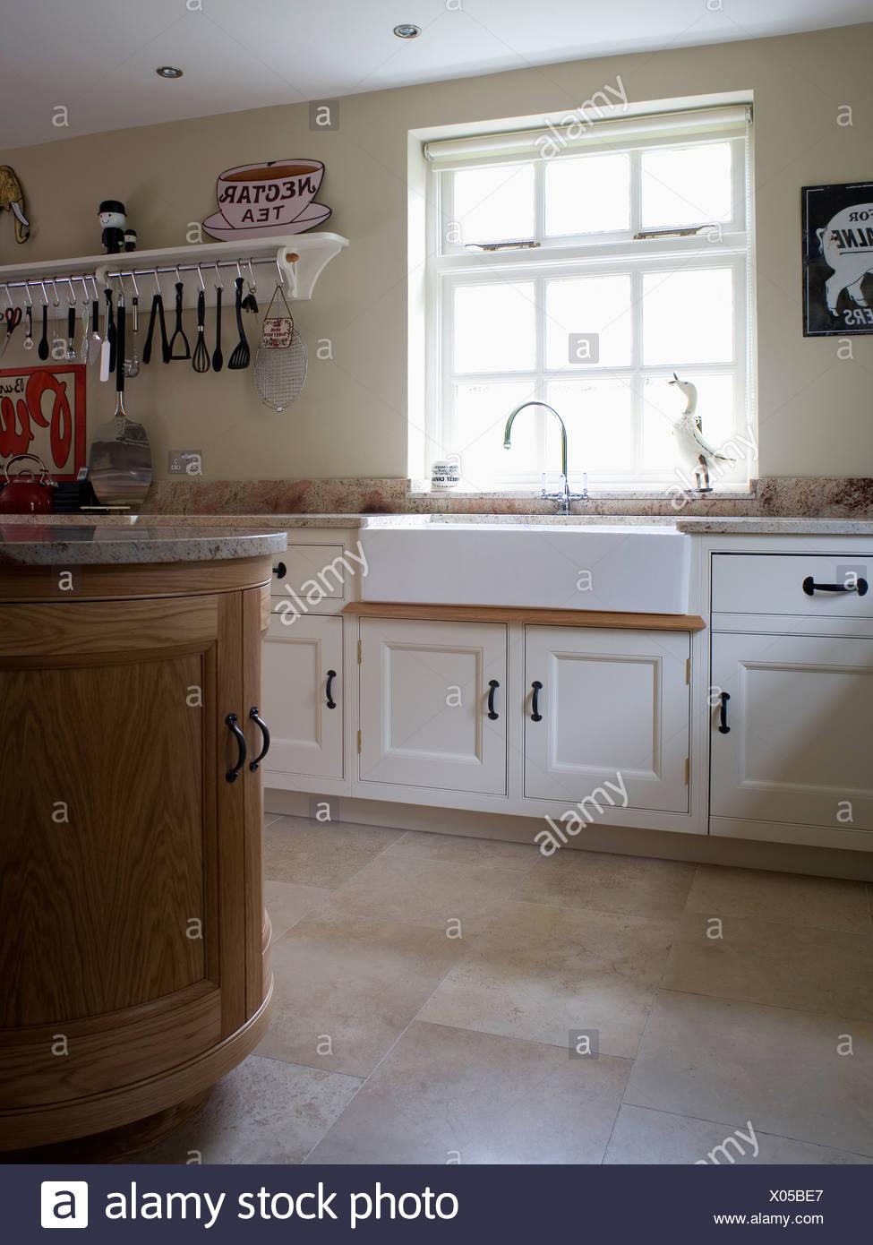 Grosses Spulbecken Der Belfast Unter Fenster In Cremefarbenen Landhauskuche Mit Kalkstein Bodenbelag Stockfotografie Alamy