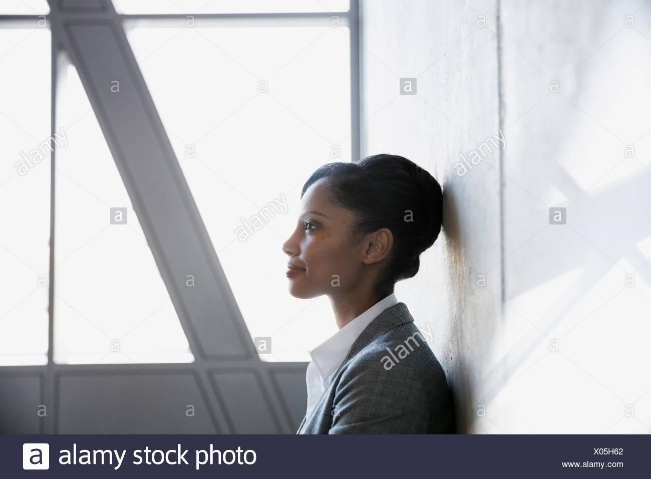 Profil von nachdenklich Geschäftsfrau mit schwarzen Haaren wegschauen Stockbild