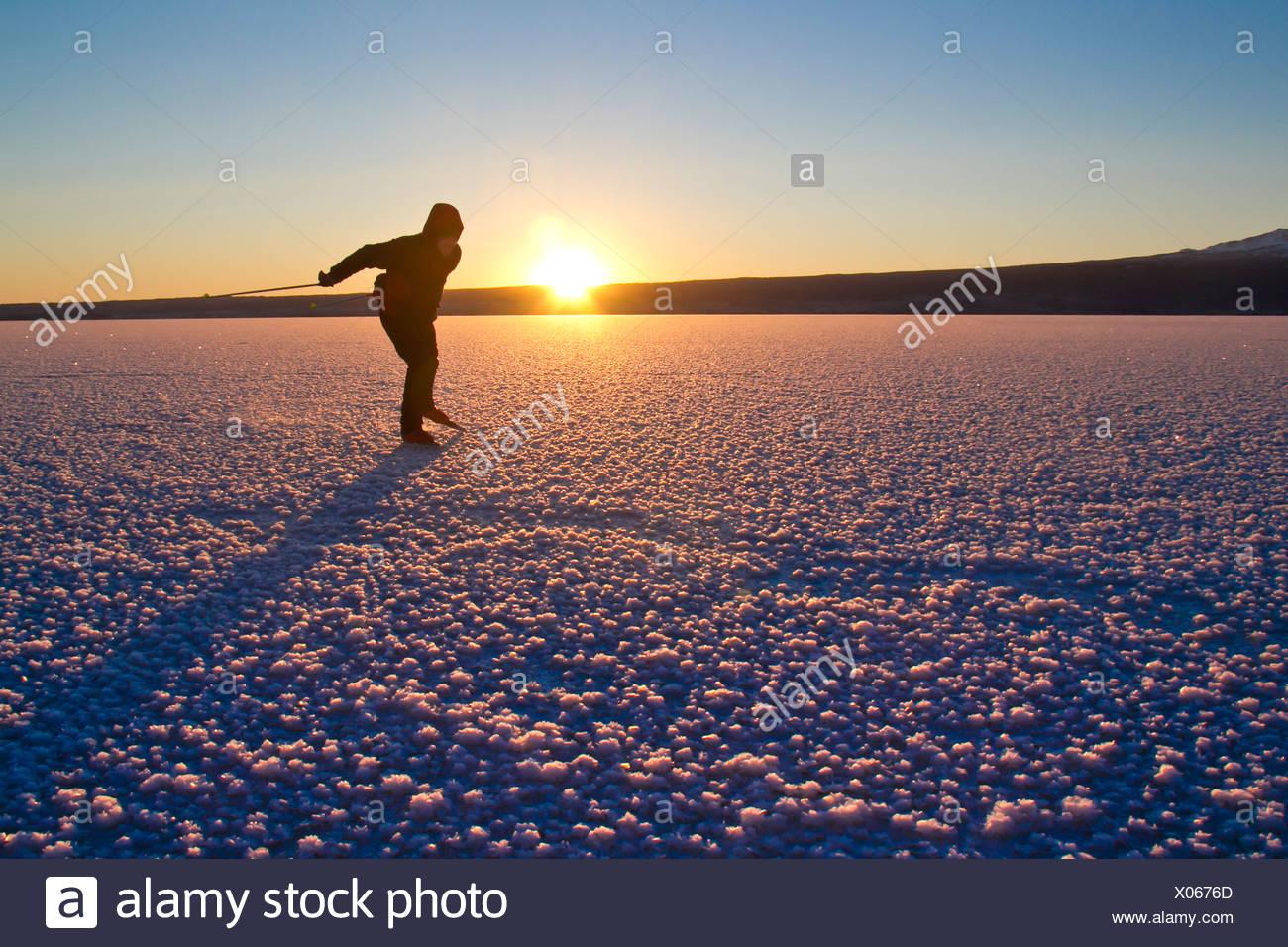 Mann Nordic Eislaufen auf dem zugefrorenen See Skilak, Halbinsel Kenai, Alaska Yunan, Winter Stockfoto