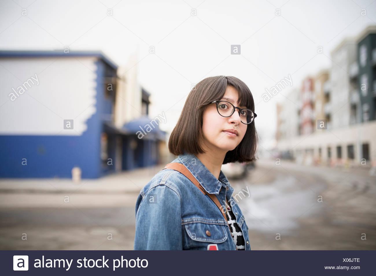 Porträt der selbstbewusste Frau in Jeansjacke Stockbild