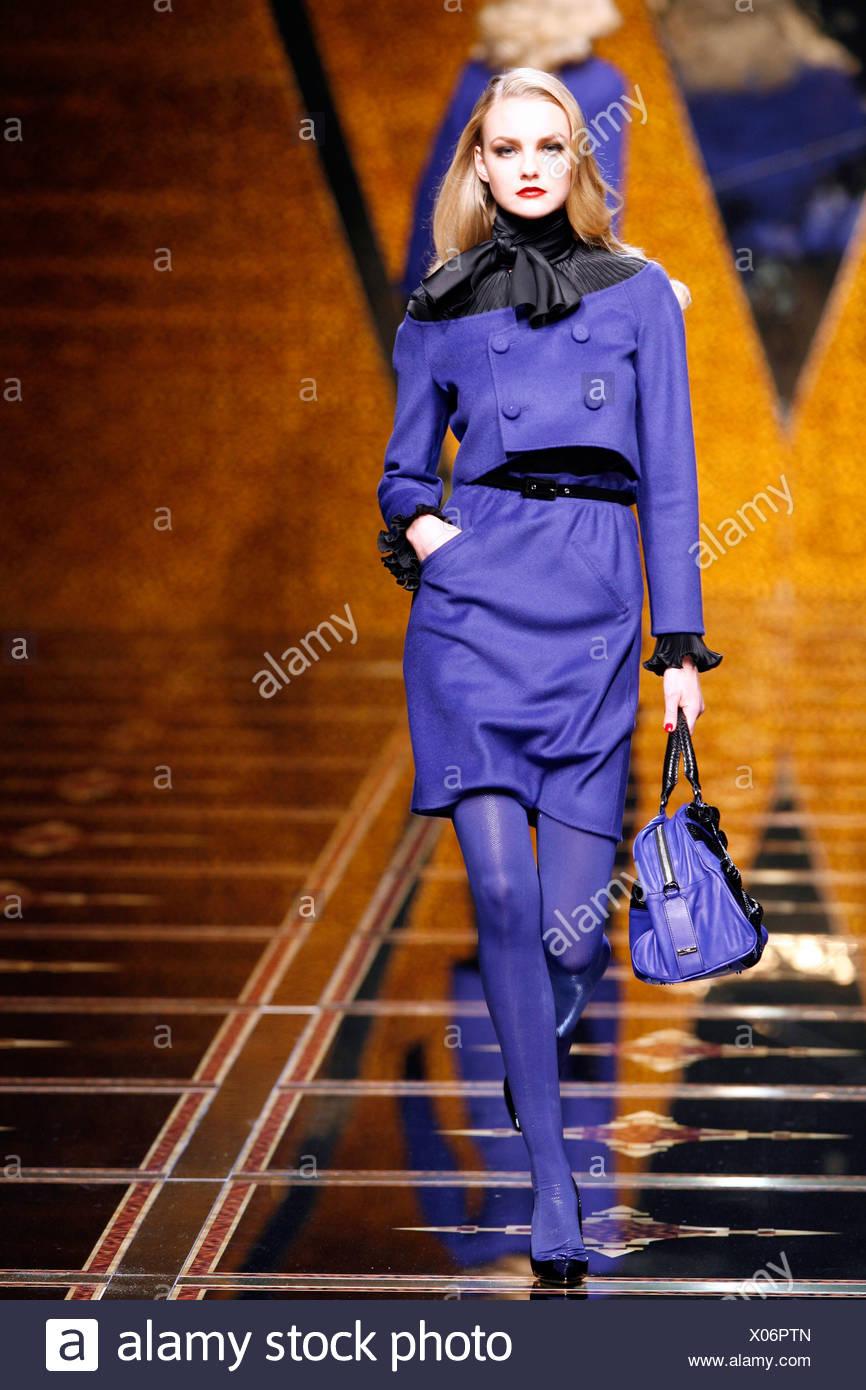 07e2dcc3ff804d Valentino Paris bereit zu tragen-Herbst-Winter-Modell tragen lila Rock und  kurze