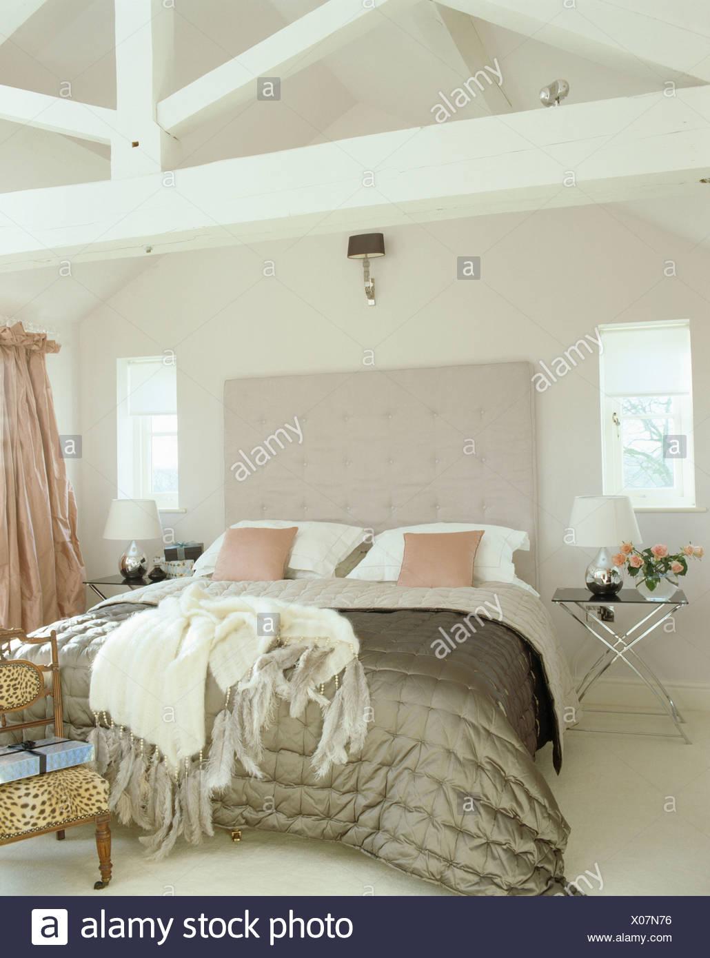 Cremefarbene Wolle werfen und graue Seide quilt in weißen Land Loft ...