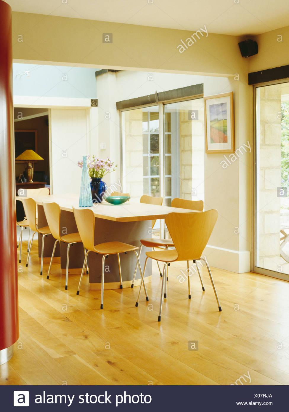 Arne Jacobsen Stil Stuhle Und Holztisch Im Hellen Modernen Esszimmer Mit Holz Laminat Stockfotografie Alamy