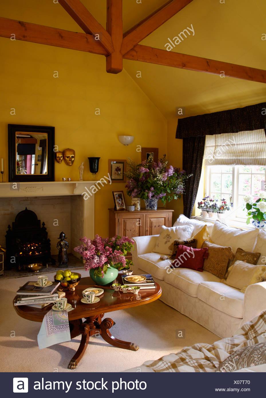 Weißes Sofa Und Niedrige Runde Couchtisch In Gelb Wohnzimmer