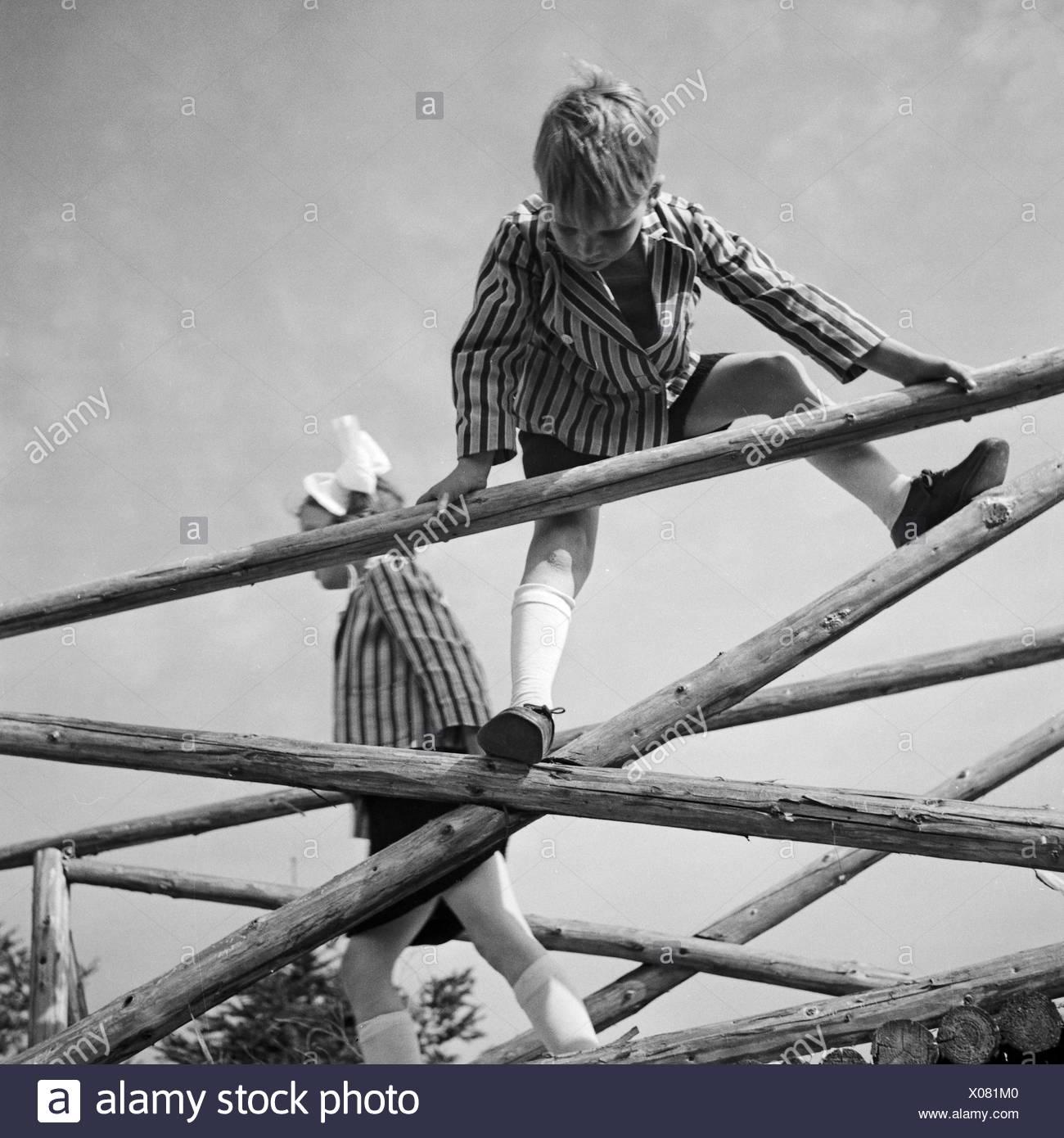 Kinder Spielen Und Klettern Auf Einem Holzgerüst in Deutschland, 1930er Jahre. Kinder spielen und Klettern auf einem Woodden Rahmen, Deutschland der 1930er Jahre. Stockbild