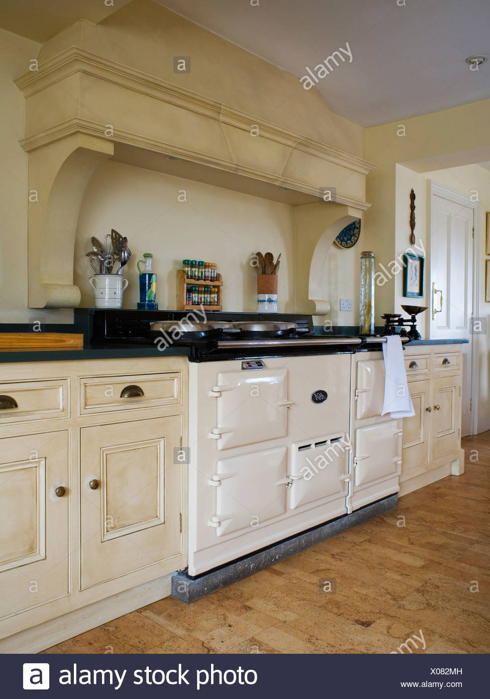 Creme double Aga-Ofen in cremefarbenen Landhausküche Stockfoto, Bild ...