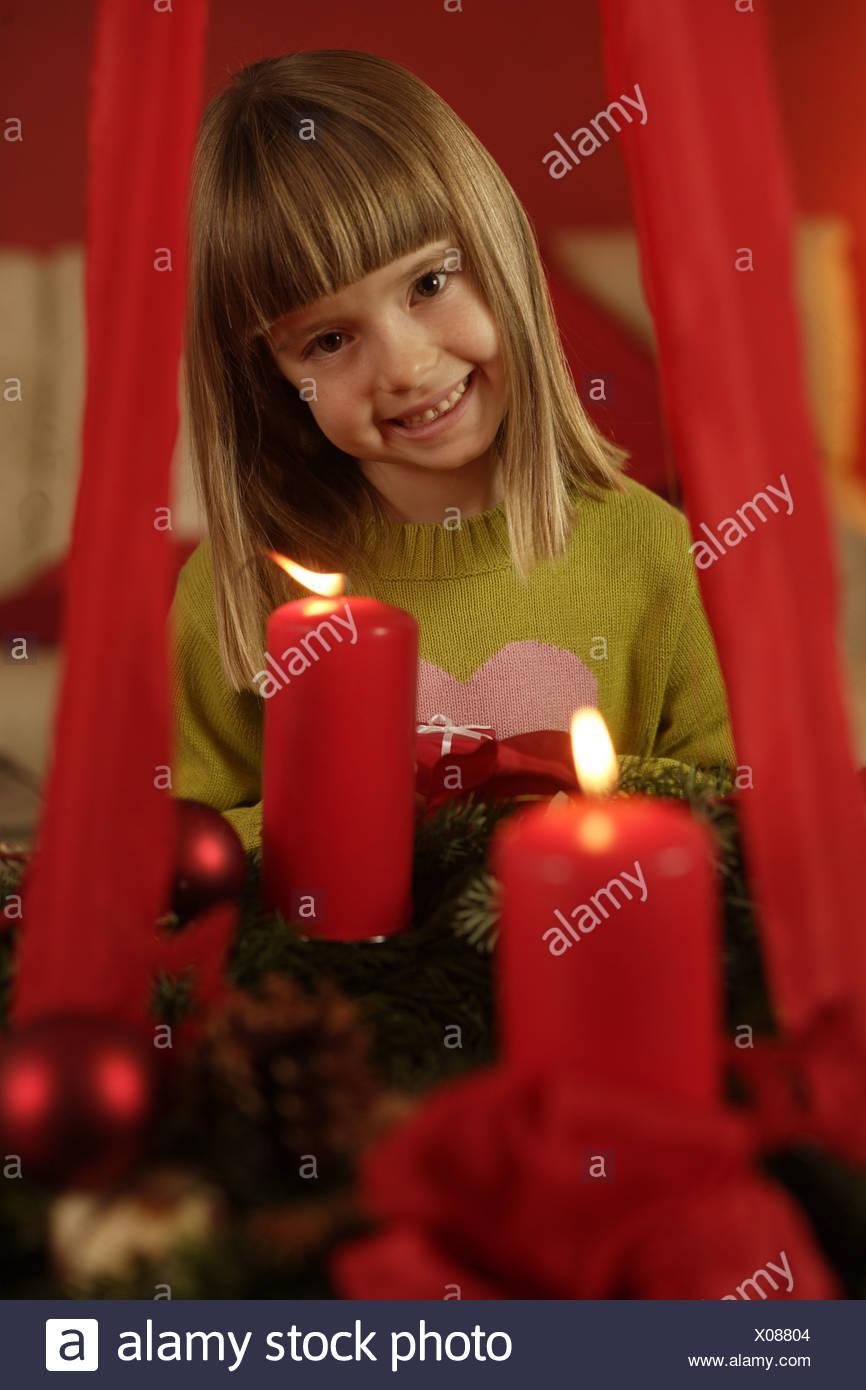 Adventskranz hängt Kerzen Verbrennungen Mädchen fröhlich Porträt ...