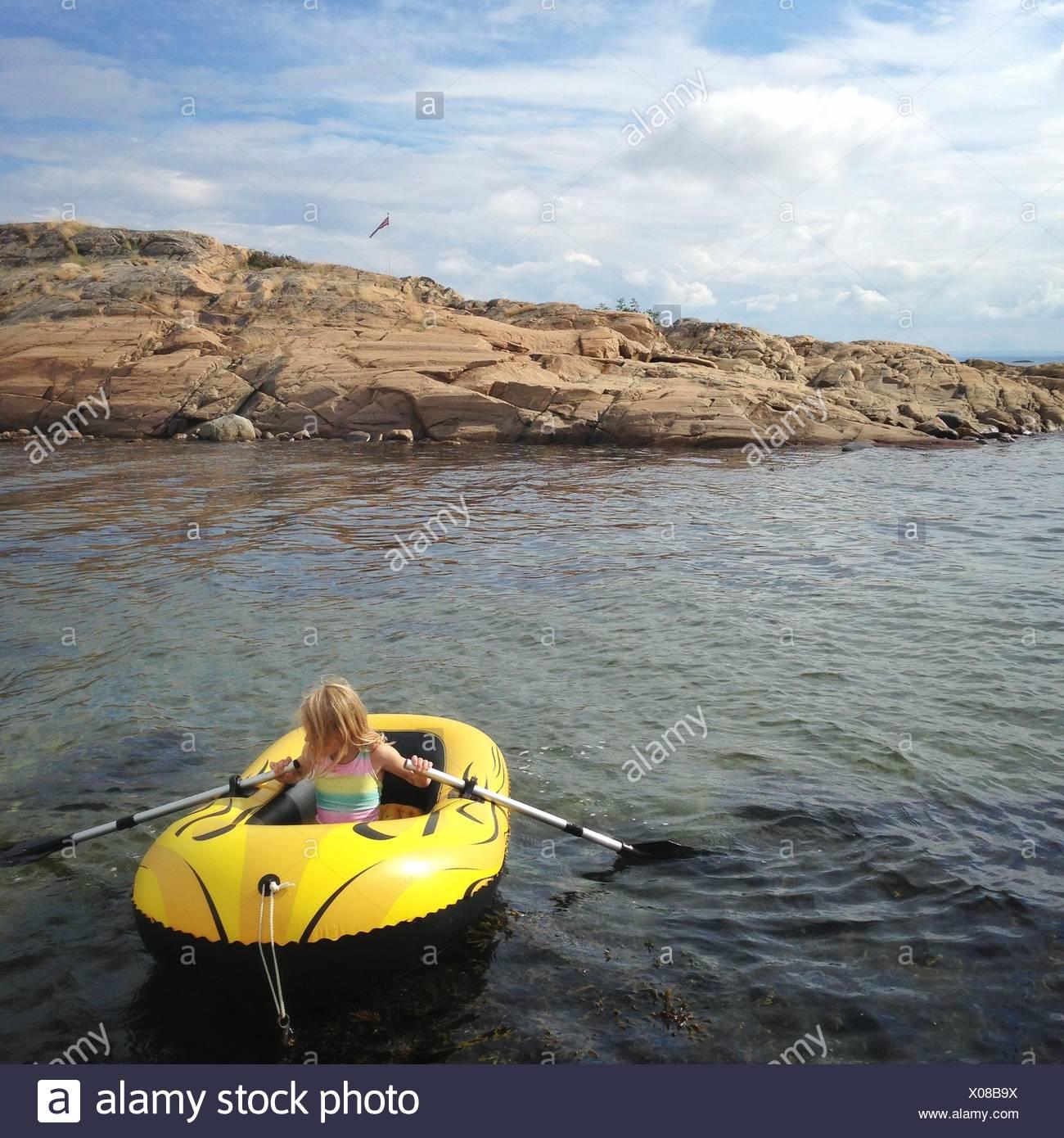 Norwegen, Mädchen (12-13) im Schlauchboot Stockbild