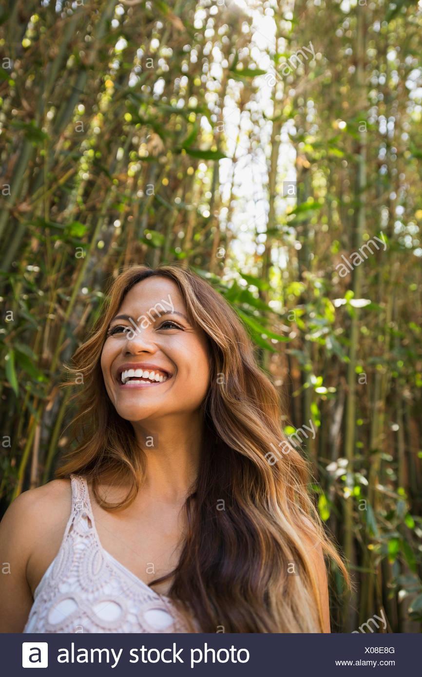 Lächelnde Frau unter Bambus Stockbild