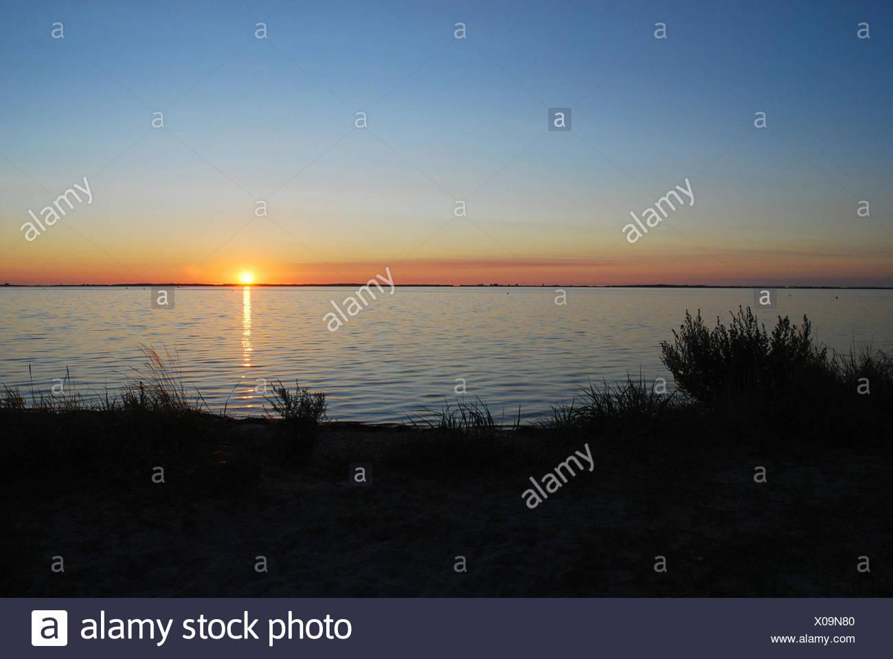 Die Ostsee, Sonnenuntergang, Norddeutschland, Deutschland, Ostsee, Meer, See, Wasser, Sonne, Überlegung, Abend, Himmel, blau, Nachleuchten, Abend tuning, Landschaft, Natur, Romantik, Idylle, grass, niemand, Horizont, Stockbild