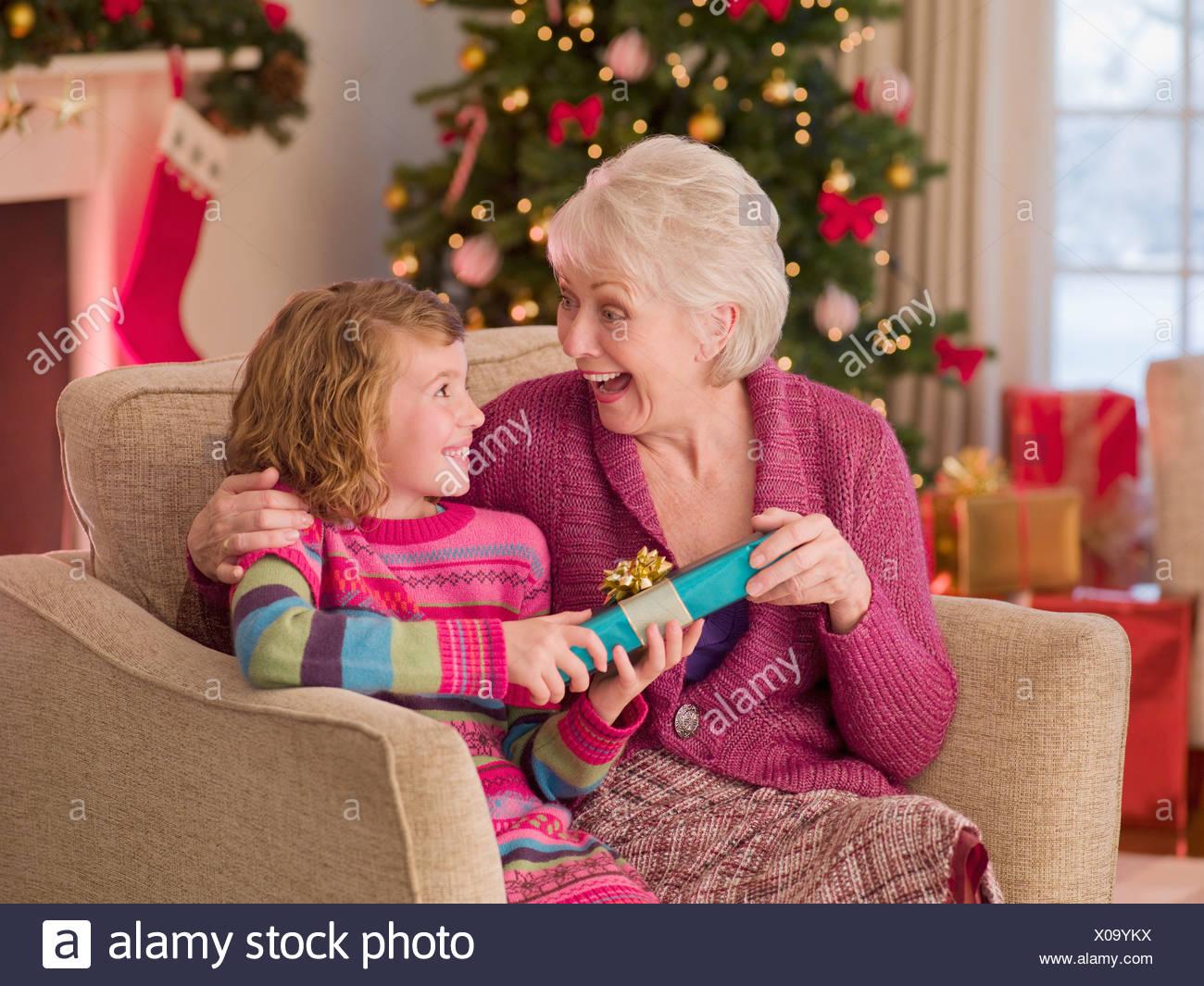 Mädchen geben Großmutter Weihnachtsgeschenk Stockfoto, Bild ...