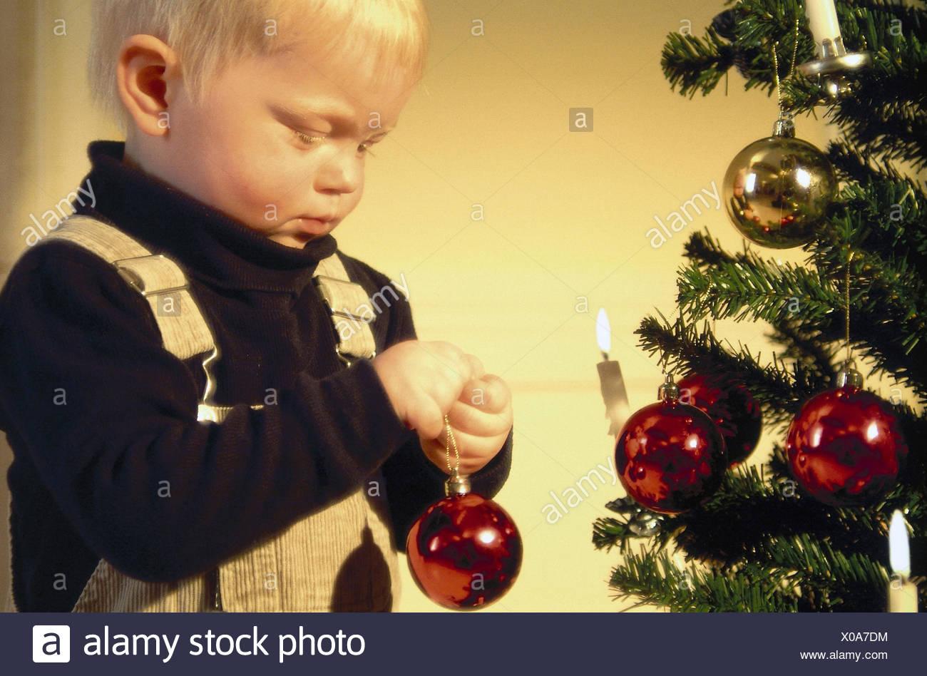 Weihnachtsbaum Dekorieren.Weihnachtsbaum Kerzen Junge Weihnachten Baum Kugel Halbe Porträt