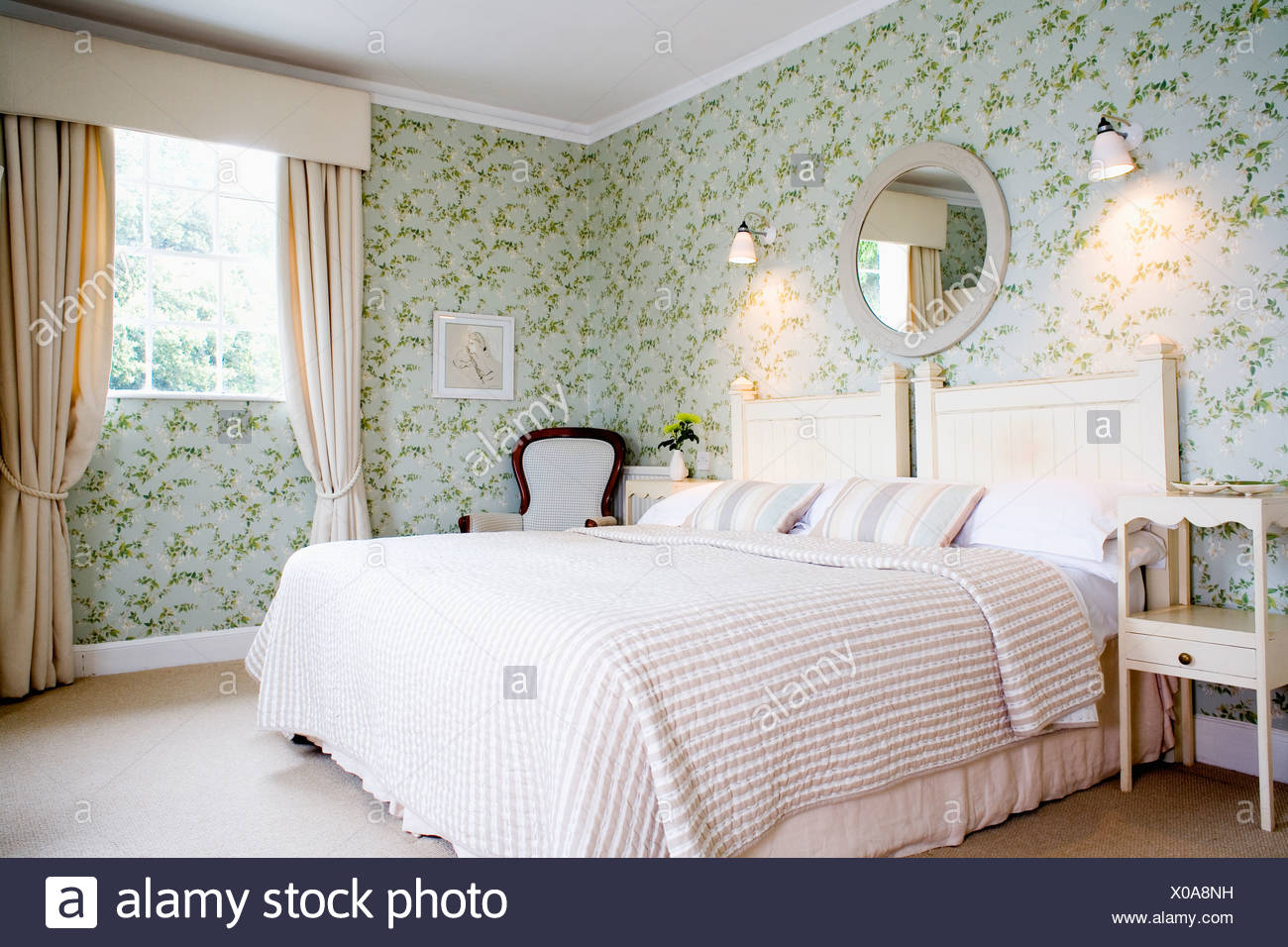Wandleuchten über Bett mit Creme Bettdecke im traditionellen ...