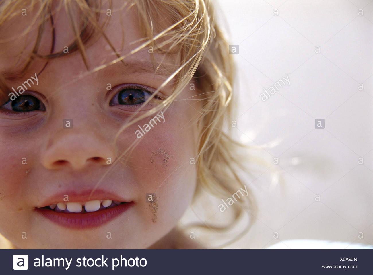 Mädchen, Lächeln, Strahlen locken, Blond, Porträt, Kind, Kind Portrait, gewellt, Säuglings, Aufmerksamkeit, Fröhlichkeit, Kindheit, glücklich, Langhaarig, Stränge Haare, nass, Blick, Wangen, Pausbacken, Kind aussehen, Begeisterung, schmutzig, Schmutz, Summers, Unschuld, lachen, Stockbild