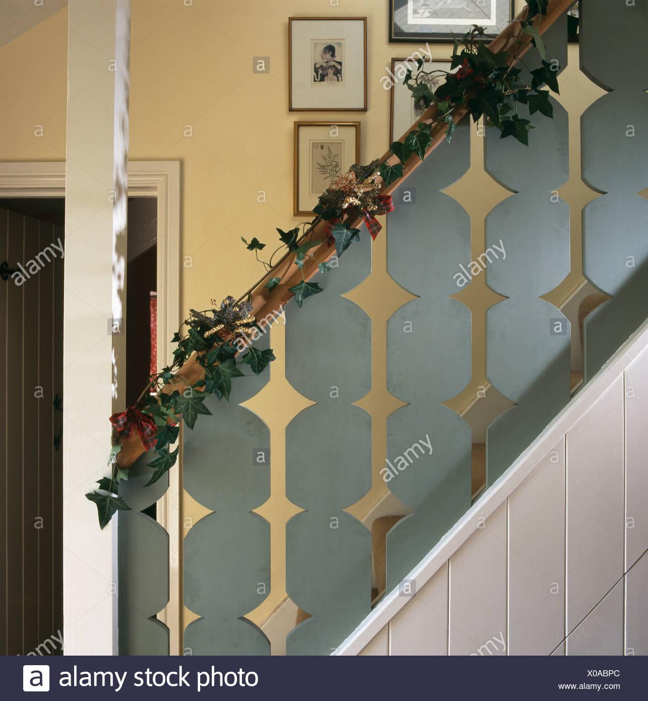 Girlande Aus Nachgestellte Efeu An Der Traditionellen Treppe Geländer Für  Weihnachten Dekoriert Stockbild