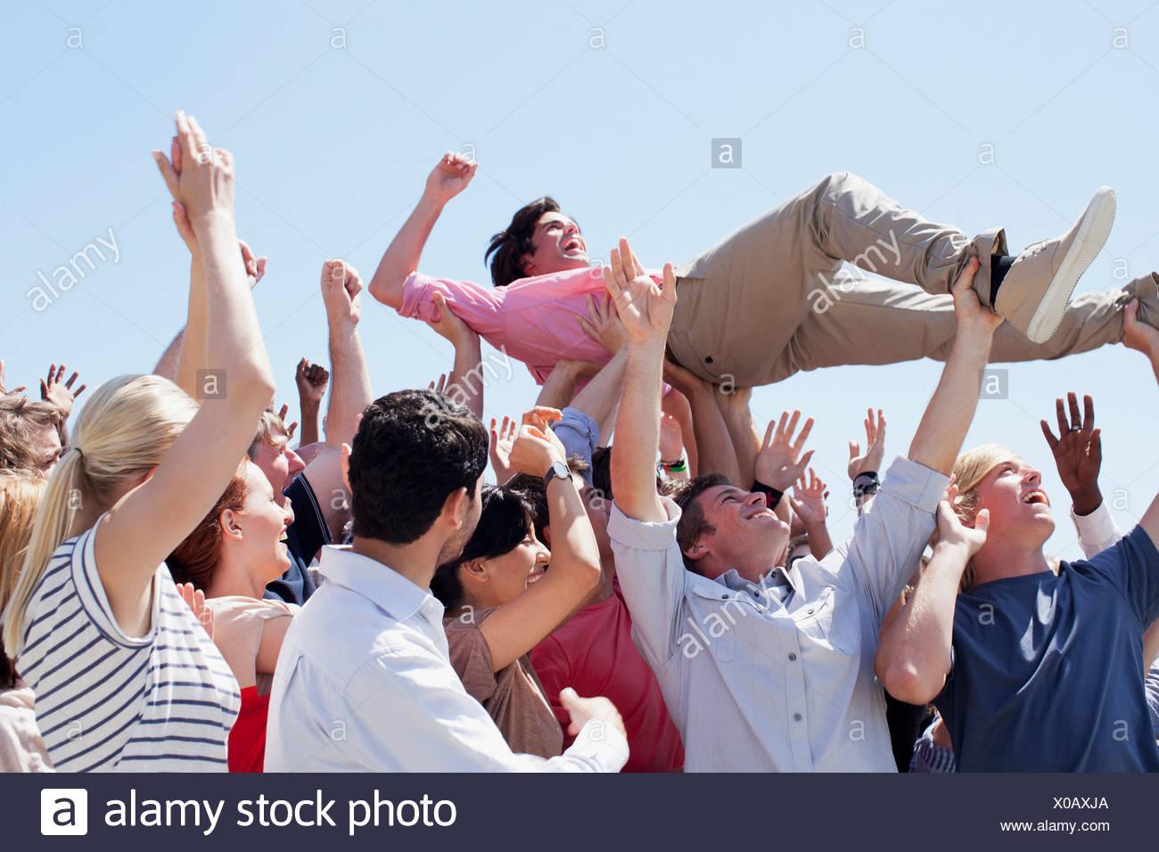 Mann Crowdsurfing Stockbild