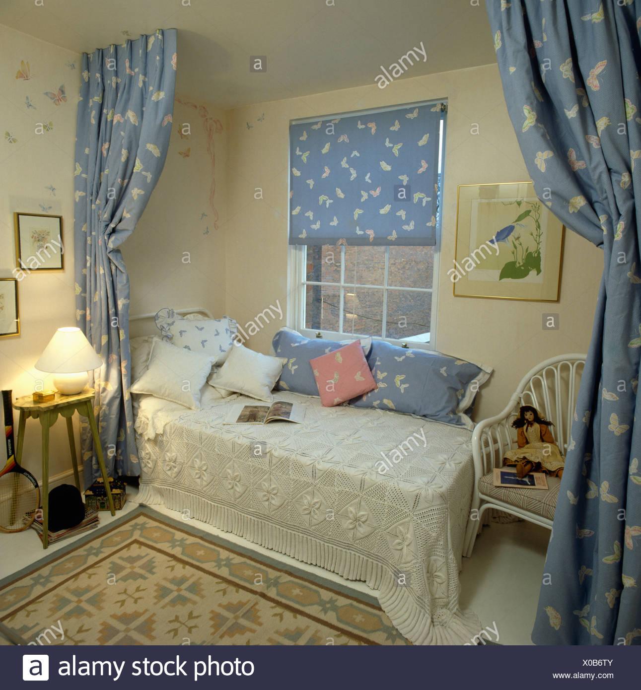 Elegant Creme Häkeln Decke Auf Bett Unter Fenster Mit Gemusterten Blau Blind Und  Passende Vorhänge In Teenager Mädchen Schlafzimmer