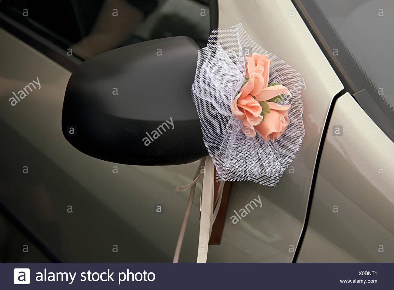 Autodekoration Hochzeit Bogen Auf Einem Hinteren Spiegel Stockfoto