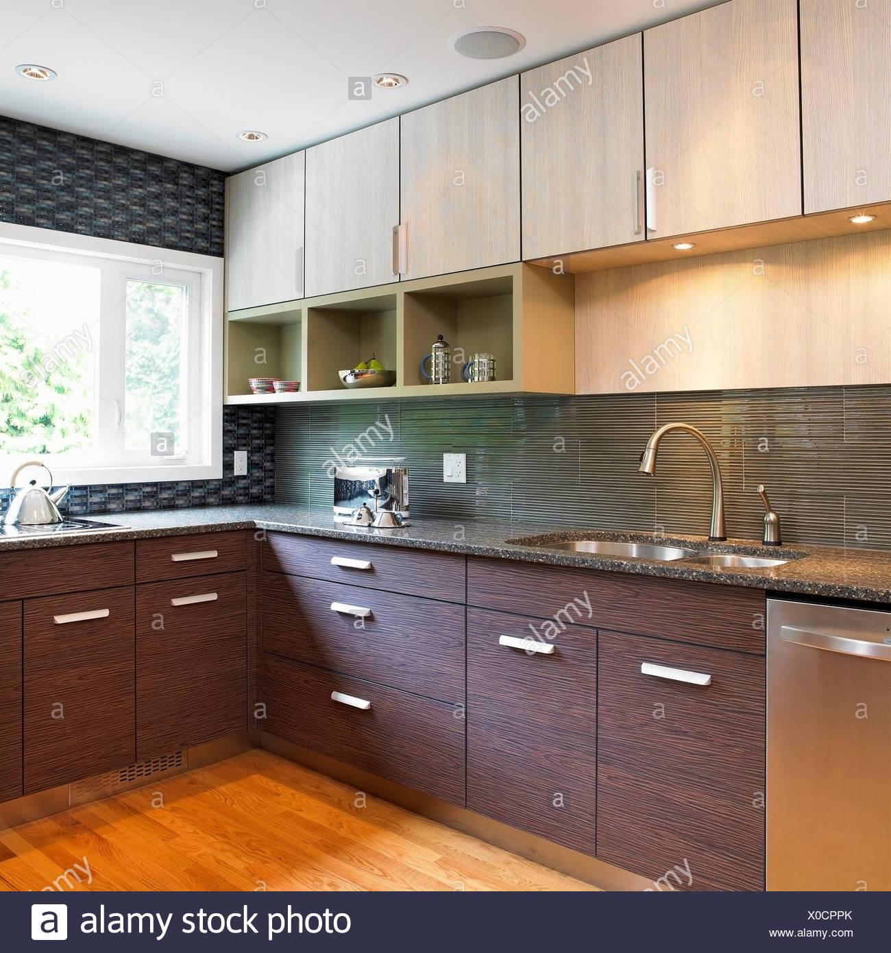 Küche mit blauen Fliesen Backsplash und Holz Laminat Schränke ...