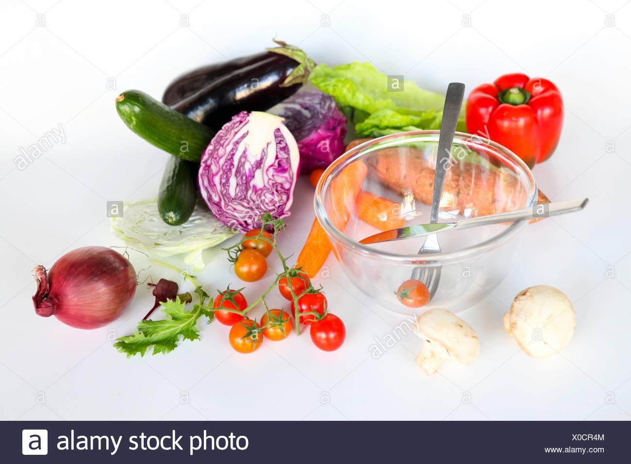 Frisches Obst und eine leere Schüssel. Völlig ungeschnitten Salatzutaten auf weißem Hintergrund Stockbild