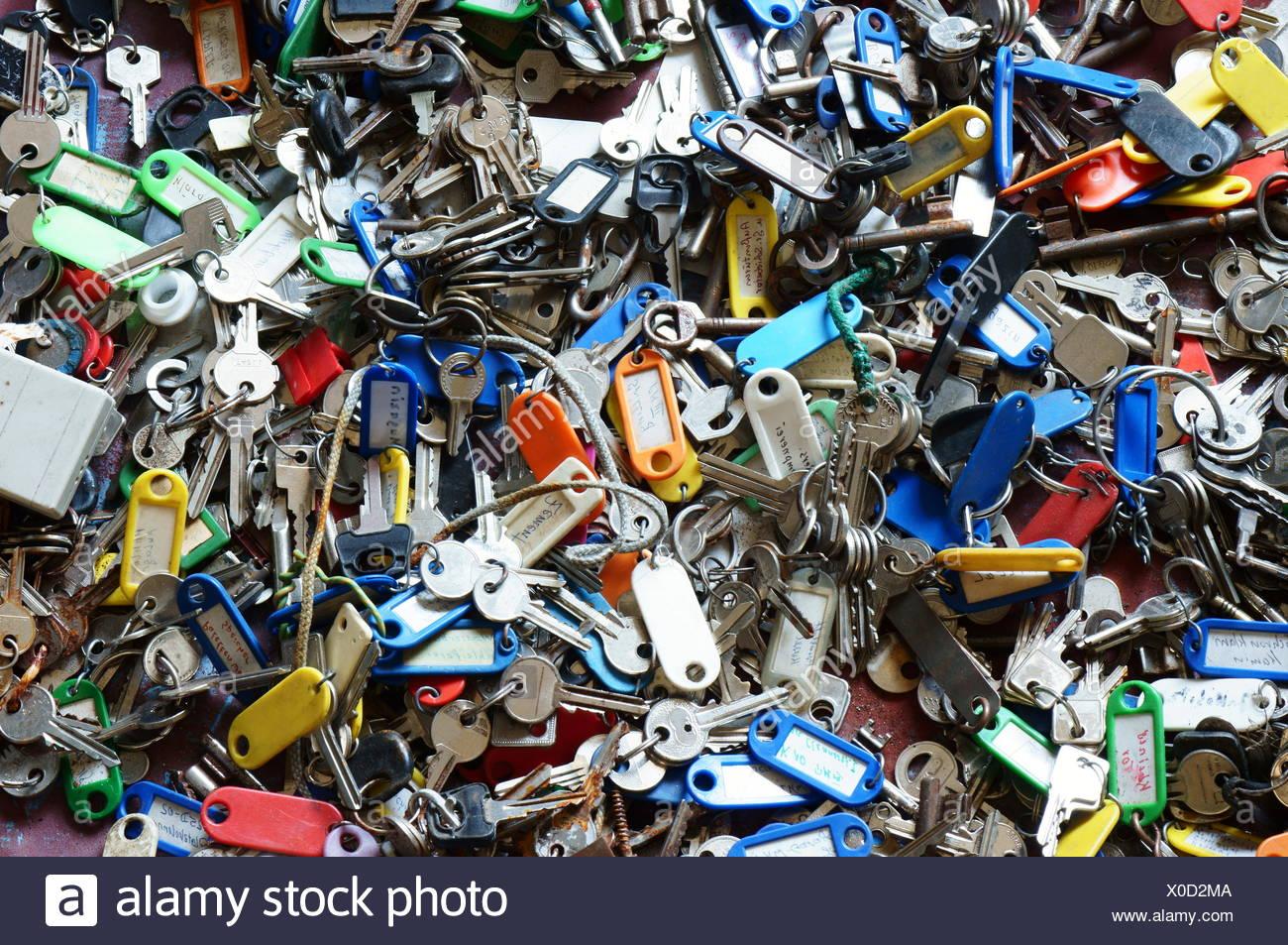 Viele alte Schlüssel in einem Wäschetrockner Stockbild