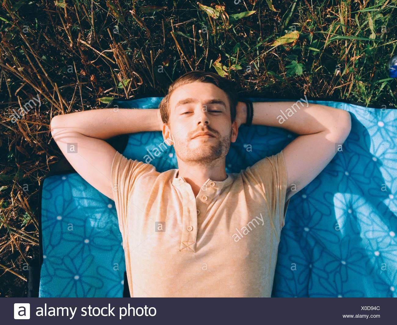 High Angle View Of einen Mann liegen im freien Stockbild