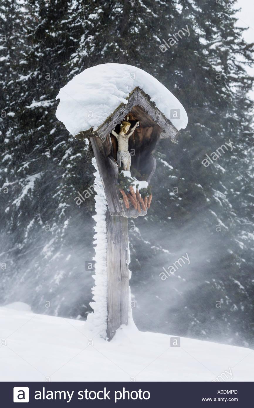 Bildstock während eines Schneesturms, Obernberg am Brenner, Tirol, Österreich Stockbild