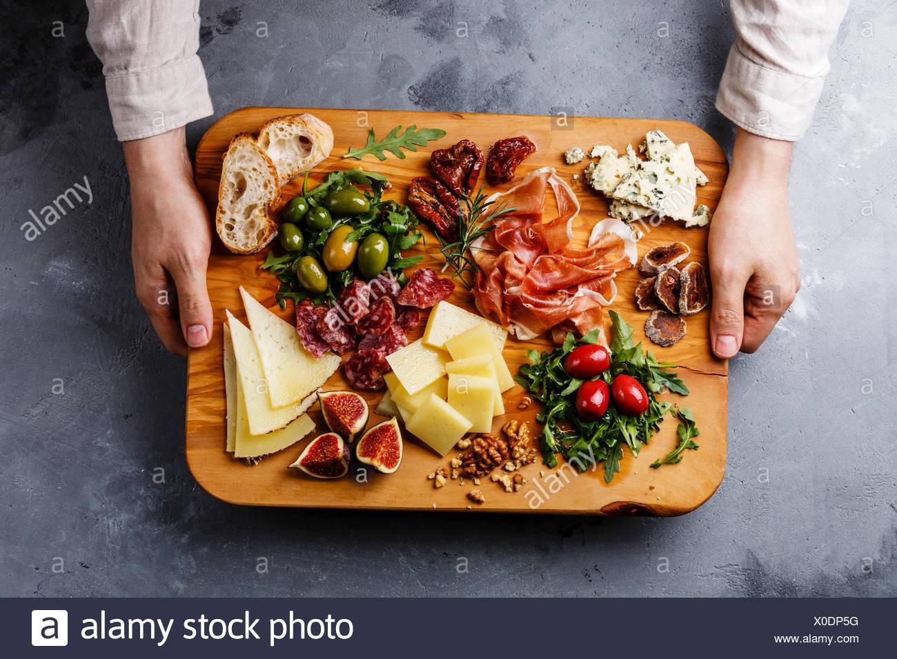 italienische snacks essen mit schinken oliven k se. Black Bedroom Furniture Sets. Home Design Ideas