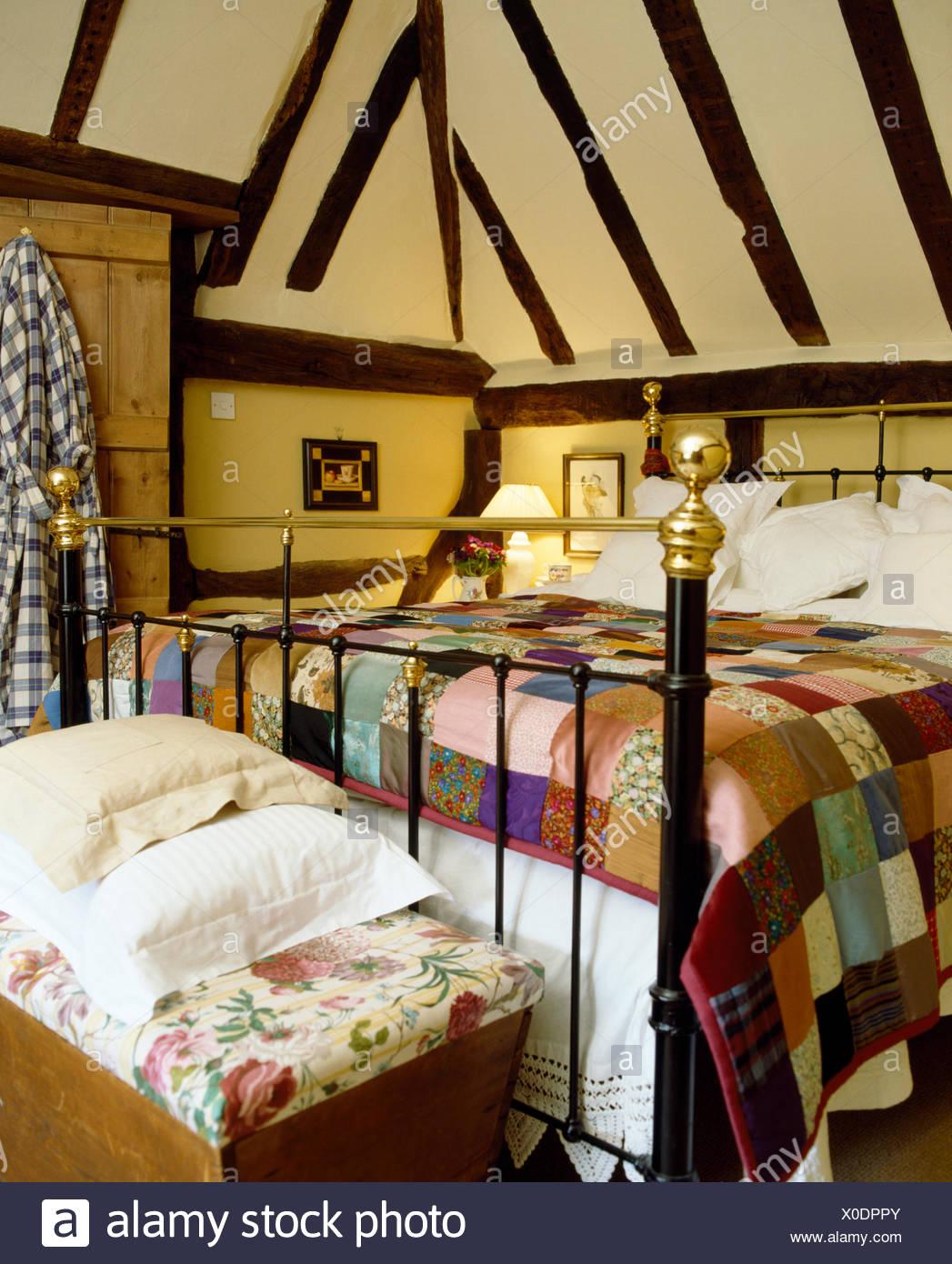 Bunte Patchwork quilt auf antikem Messingbett im Ferienhaus ...