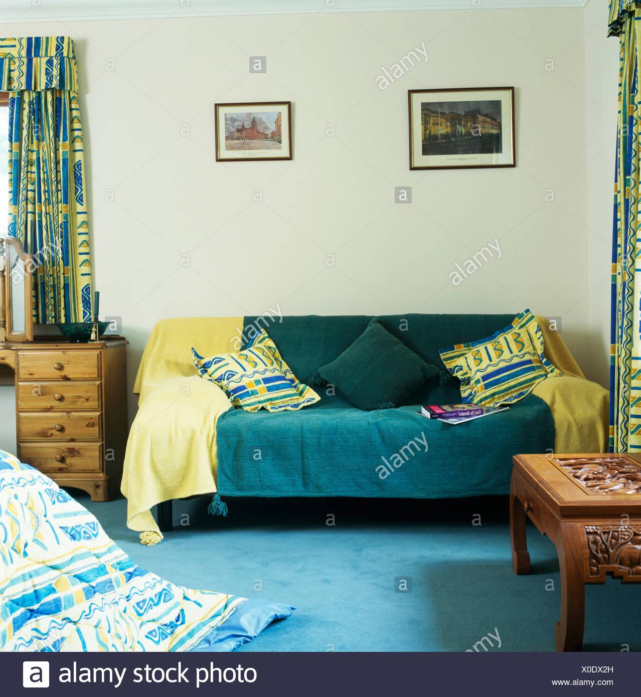 Schlafzimmer Dunkelgrün   Gelb Und Dunkelgrun Wirft Auf Sofa Im Schlafzimmer Der Wirtschaft