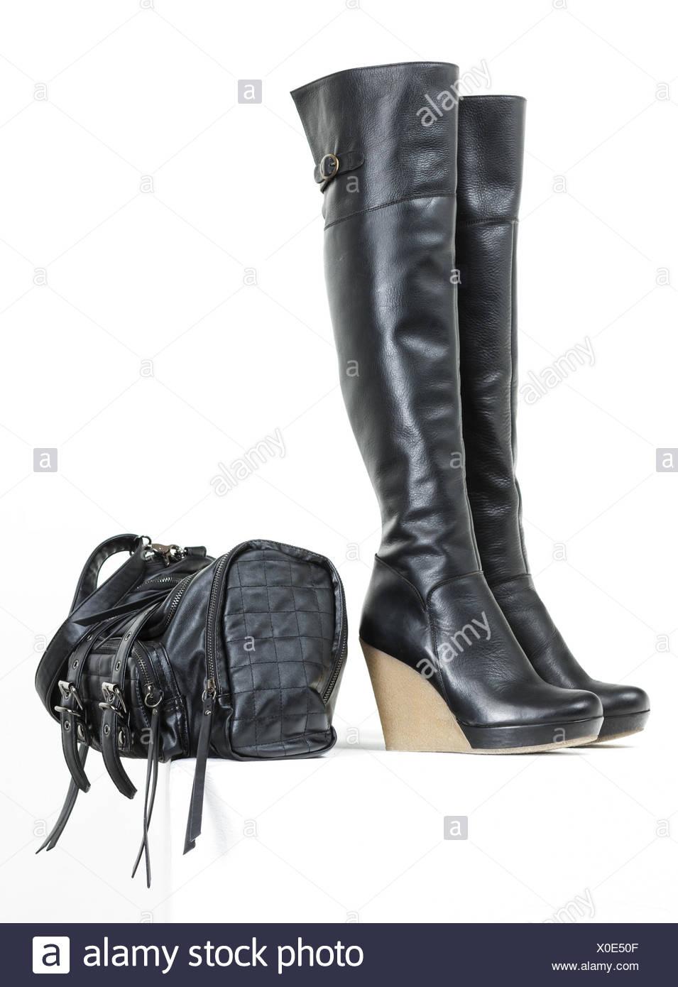 d02b927467 Modische Plattform schwarze Stiefel mit einer Handtasche. Stockbild