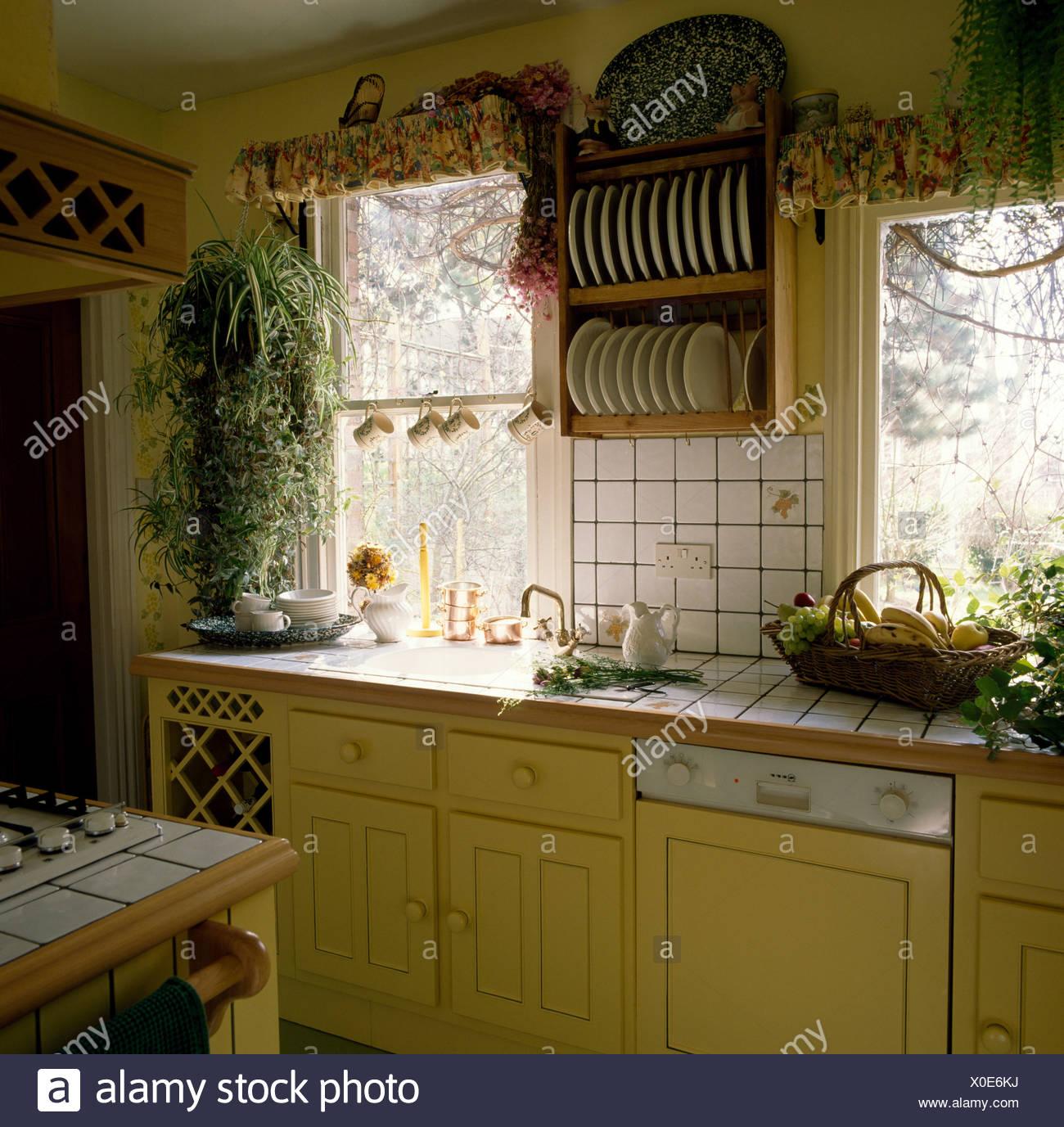 Tellerhalter Oberhalb Weiß Gefliesten Arbeitsplatte In Gelbe Küche Mit  Geschirrspüler