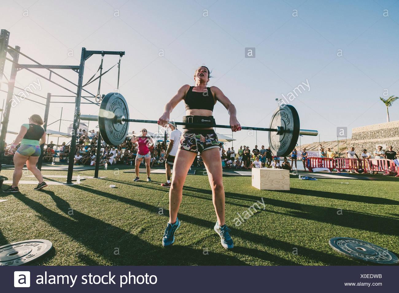 Vorderansicht des weiblichen Athleten anhebende Gewichte während der Konkurrenz, Teneriffa, Kanarische Inseln, Spanien Stockbild
