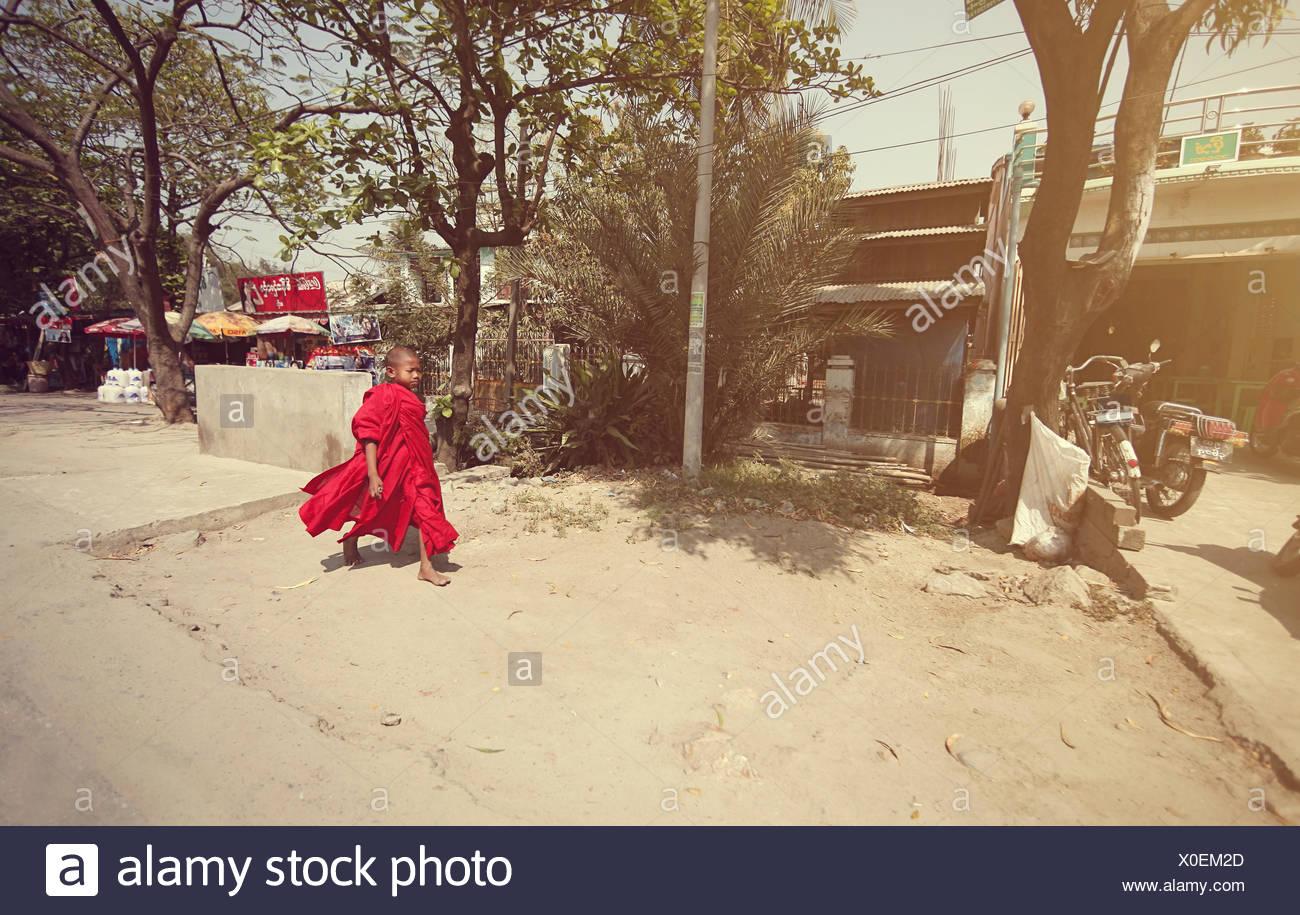 Ein junger Mönch geht auf die Schule Mönche in Myanmar Stockbild