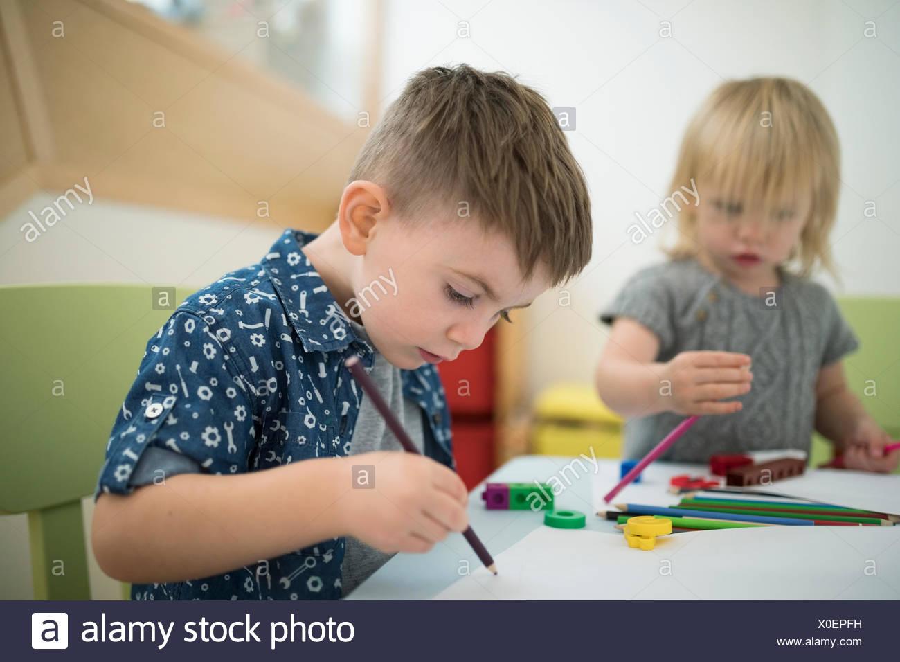 Kleinkind Bruder und Schwester zeichnen mit Farbstiften Stockbild