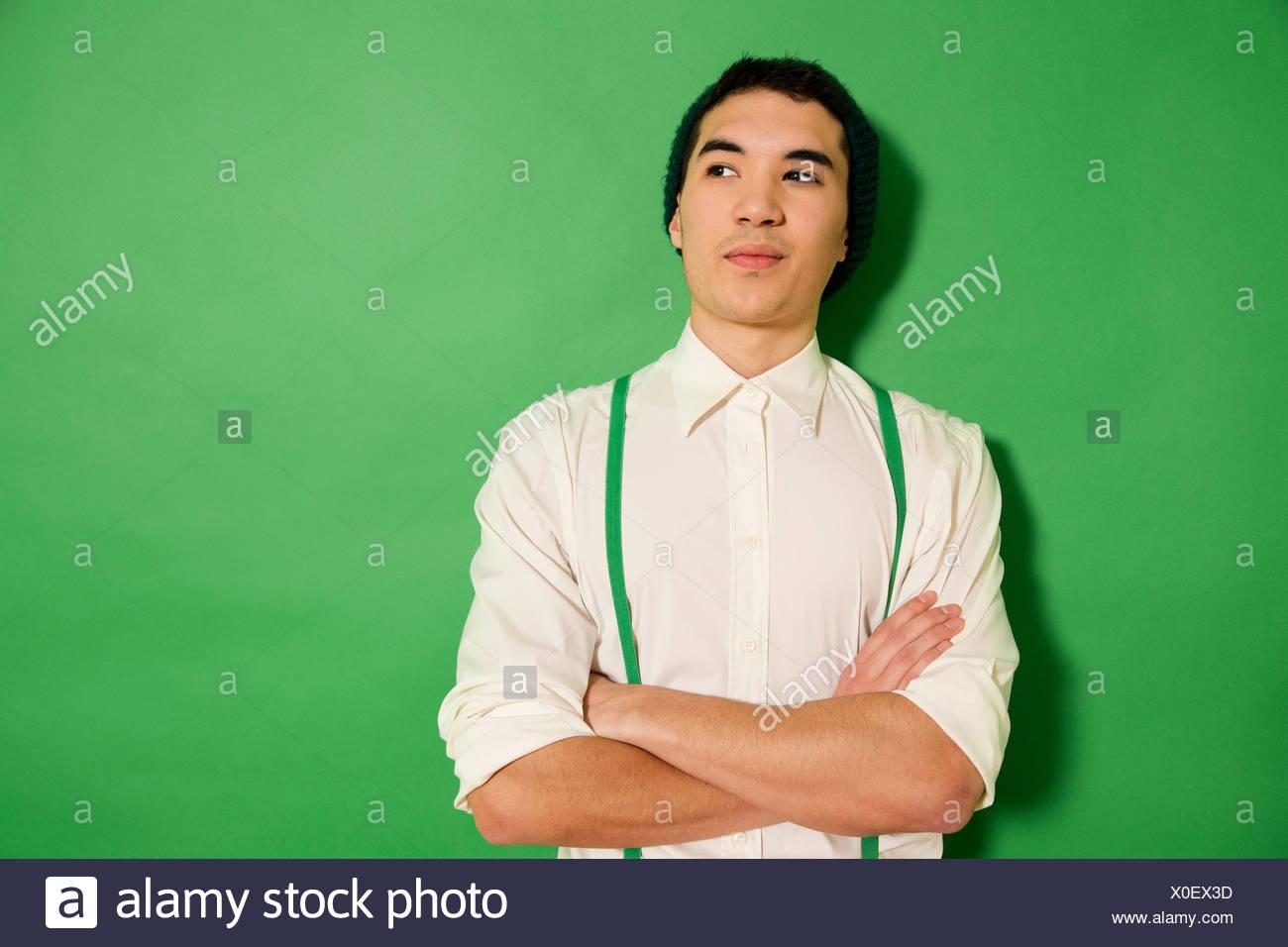immer beliebt UK-Shop bekannte Marke Porträt des jungen Mannes tragen grüne Hosenträger Stockfoto ...