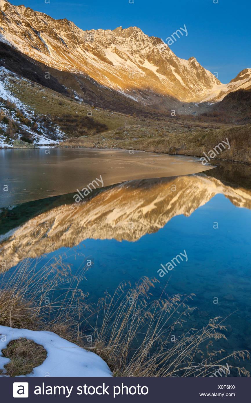 Grundlegende See, Schweiz, Kanton Wallis, Lötschental, Mountain Lake, See, Spiegelung, Herbst Stockbild