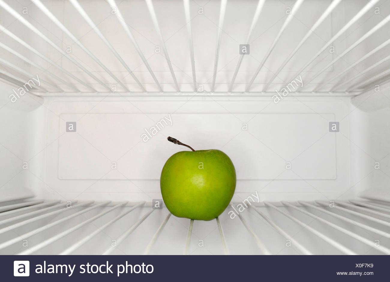 Kühlschrank Regal : Einzigen apfel auf regal im kühlschrank stockfoto bild: 275701197