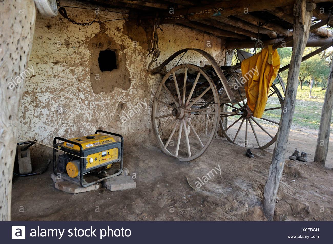 Generator und Ochsenkarren auf einem kleinen Bauernhof, Gran Chaco, Santiago del Estero Provinz, Argentinien, Südamerika Stockbild