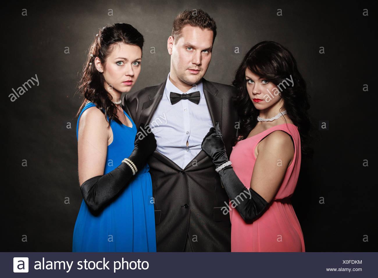 Dreiecks-Liebesgeschichte. Porträt von zwei Frauen und ein Mann ...