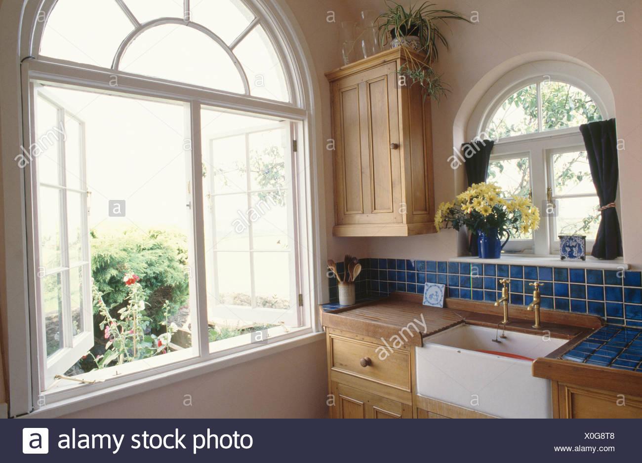 Casement-Fenster in Küche ausgestattete Kiefer mit weißen Butler ...