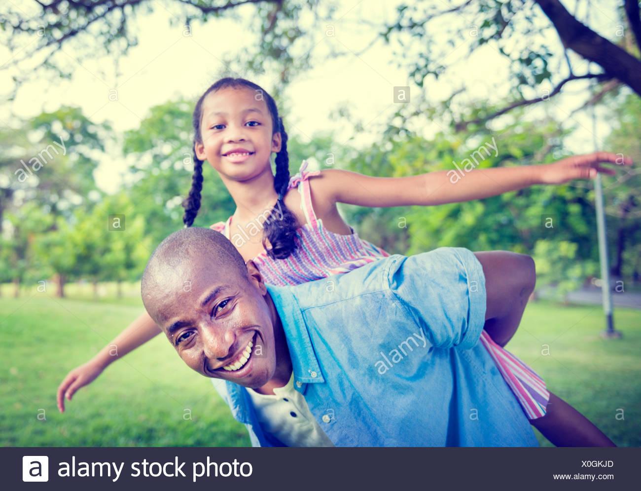 Afrikanische Familienglück Ferienkonzept Urlaub Aktivität Stockbild